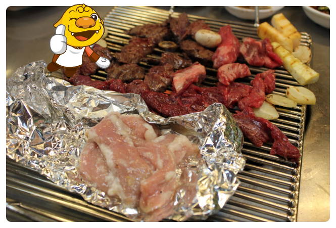 Grill the meat on the fire1