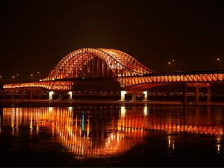 """汉江大桥 """"18色魅力"""" 点亮首尔的夜"""